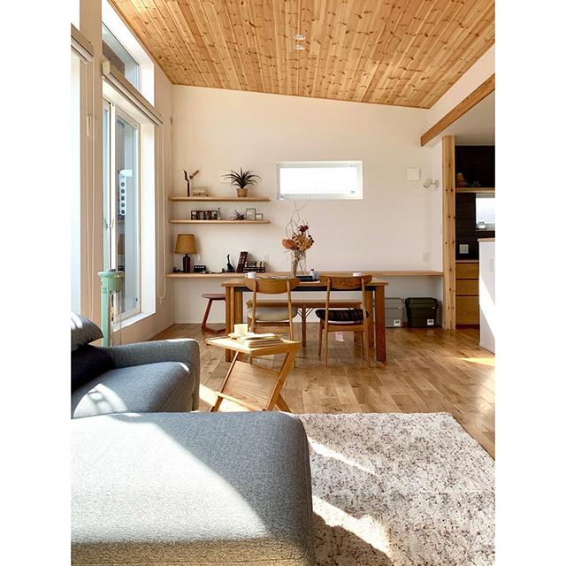 【 CASAコーディネート例 】浅井良工務店さんの物件にて、家具や雑貨などのインテリアコーディネートをさせていただきました。『川沿いに建つ2階リビングの家』