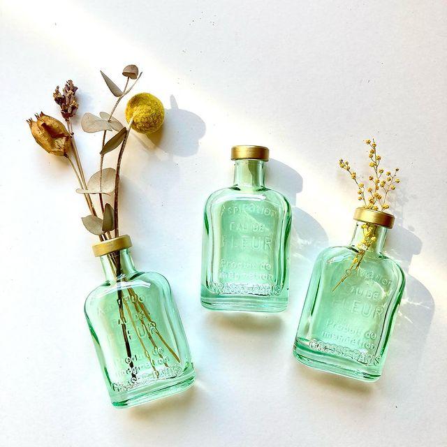 【 商品紹介 】爽やかなグリーン色とゴールド色が程よい雰囲気を醸し出しているガラス素材、アンティーク調ミニボトルです。