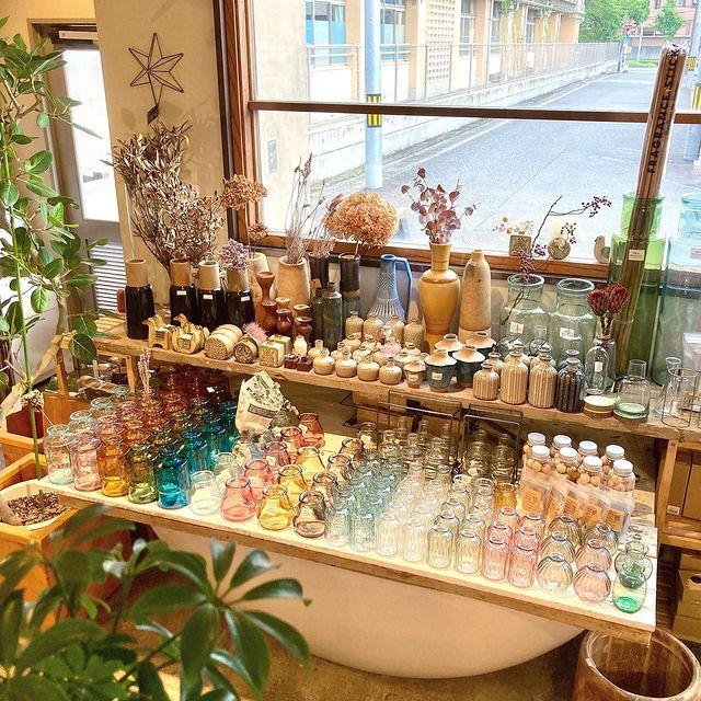 【 商品紹介 】人気のフラワーベース。今回は、VALENCIA リサイクルガラスをご紹介。