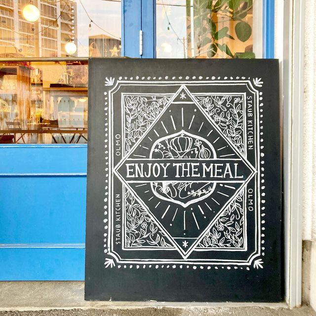【 チョークアート 】スタッフYちゃんのCASA黒板シリーズ!「ストウブキッチン オルモ」さんの 店内看板を描かせていただきました。いつもご依頼いただきありがとうございます!オルモさんでぜひ見てくださいね。